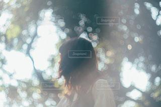 女性のぼやけた写真の写真・画像素材[1372296]