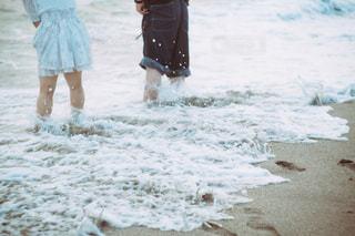 海辺の男女の写真・画像素材[1372359]