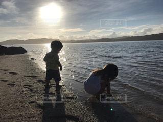 早朝からビーチで遊ぶ姉弟の写真・画像素材[1147683]