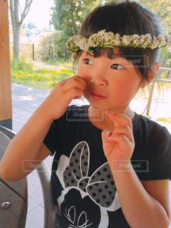 シロツメクサのかんむりでお姫様の写真・画像素材[1148846]