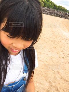 砂浜の元気な女の子の写真・画像素材[1148858]