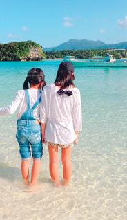きれいな海に喜ぶ姉妹の写真・画像素材[1157537]