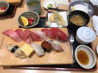 テーブルの上に食べ物のトレイ - No.1147904