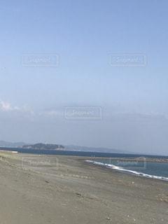 海の横にある砂浜のビーチ - No.1147909