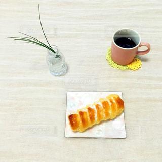 テーブルの上の食べ物のかけら - No.1147941