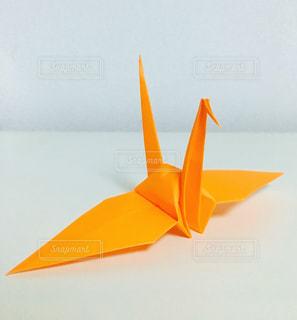 オレンジ色の折り鶴の写真・画像素材[1148392]