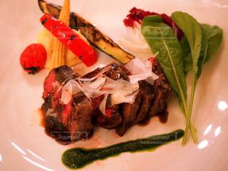 肉と野菜をトッピング白プレートの写真・画像素材[1150907]