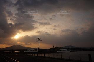水の体に沈む夕日の写真・画像素材[1149104]