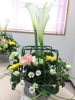 テーブルの上に花瓶の花の花束の写真・画像素材[1149271]