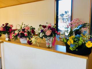 テーブルの上の花の花瓶の写真・画像素材[1150235]