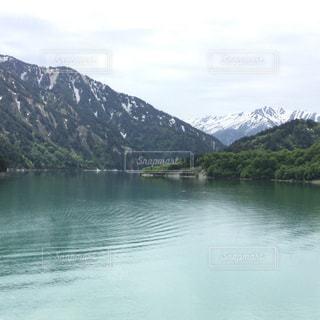 背景の山と水体の写真・画像素材[1215290]
