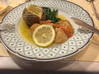 ナイフとフォークの食事のプレートの写真・画像素材[1148930]