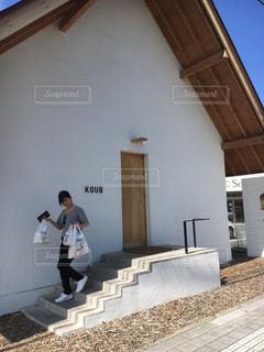 建物の前に立っている男の写真・画像素材[1211490]
