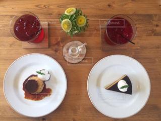 木製テーブルの上に座って食品のプレートの写真・画像素材[1633438]