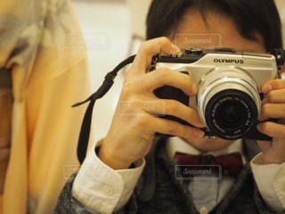 カメラを持っている人の写真・画像素材[1633486]