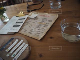 木製テーブルの上に座っているグラスワインの写真・画像素材[1671614]