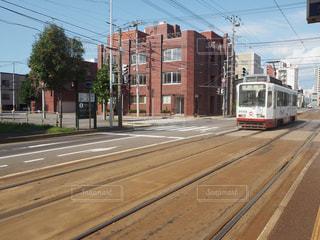 電車は通りを下って来るの写真・画像素材[1671621]