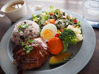 テーブルの上に食べ物のプレートの写真・画像素材[1671623]