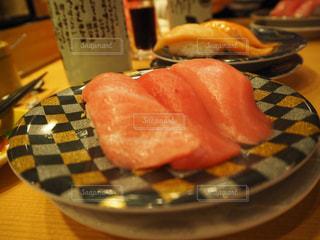 テーブルの上に食べ物のプレートの写真・画像素材[1671632]