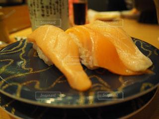 テーブルの上に食べ物のプレートの写真・画像素材[1671633]
