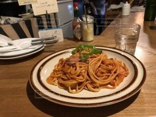 テーブルの上に食べ物のプレートの写真・画像素材[1857464]