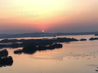 沈む夕日の写真・画像素材[2120857]