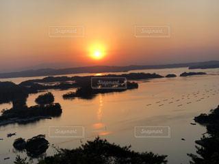 沈む夕日の写真・画像素材[2120867]