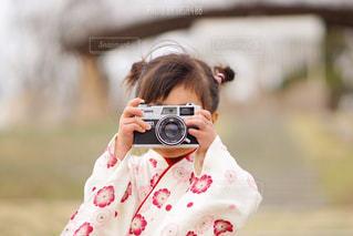携帯電話を持っている人の写真・画像素材[1151221]