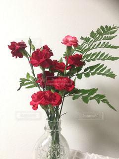 テーブルの上に花瓶の花の花束の写真・画像素材[1154897]