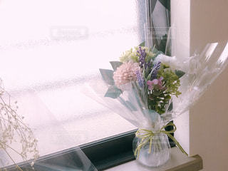 テーブルの上の花の花瓶の写真・画像素材[1157455]