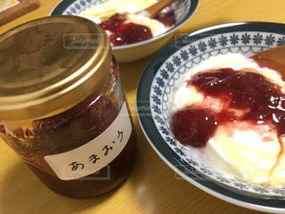 テーブルの上の皿の上に食べ物のボウルの写真・画像素材[1157470]