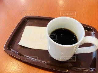 テーブルの上のコーヒー カップの写真・画像素材[1215778]