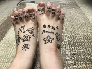 家族一人一人の足に落書き☆の写真・画像素材[1169431]