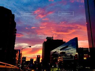 街に沈む夕日の写真・画像素材[1152472]