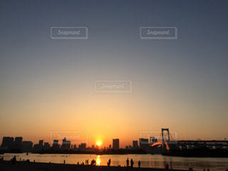街に沈む夕日の写真・画像素材[1154805]