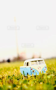 青のトラックの写真・画像素材[2255369]