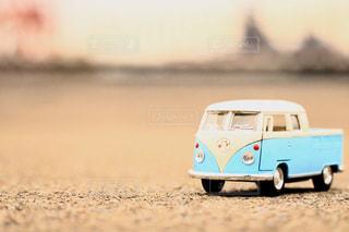 浜辺のおもちゃの車のクローズアップの写真・画像素材[2270663]