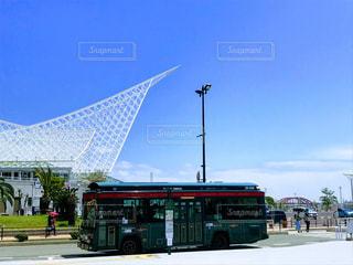 大型観光バスが道路の脇に駐車します。の写真・画像素材[1617066]
