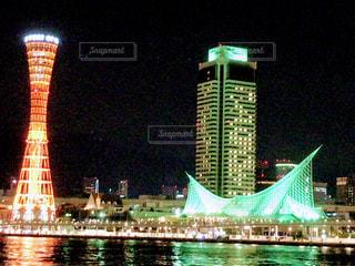 背の高い建物が夜ライトアップの写真・画像素材[1617071]