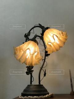 黄色のライトの花瓶の写真・画像素材[1152774]