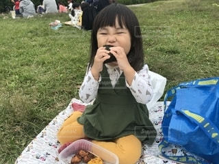 いくつかの草を食べている女の子の写真・画像素材[1585763]