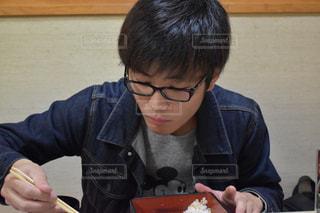 食事のテーブルに座っている少年の写真・画像素材[1155249]