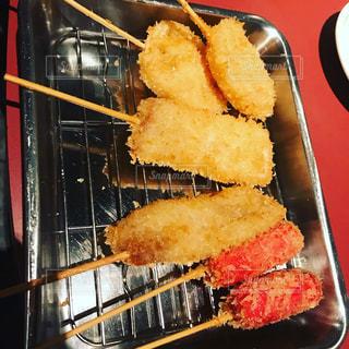 フォークで食べ物の皿の写真・画像素材[1153076]