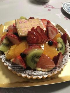 テーブルの上のケーキのスライスを皿の料理の写真・画像素材[1153081]