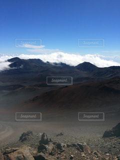 背景の大きな山の写真・画像素材[1153914]