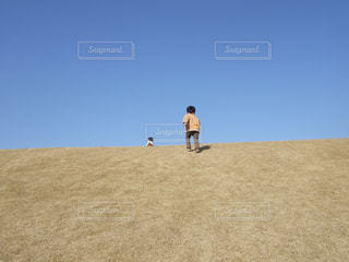 丘に登るこどもの写真・画像素材[1155145]