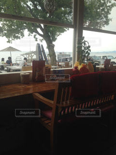 ダイニング ルームのテーブル ウィンドウの前での写真・画像素材[1153897]