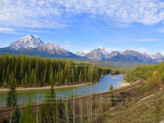 背景の山と湖の写真・画像素材[1154279]