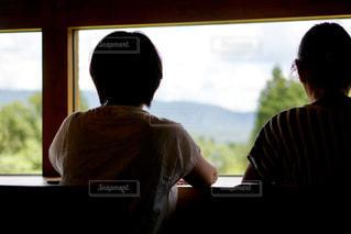 窓の外を見る女性の写真・画像素材[1297853]