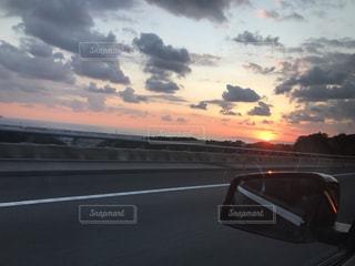 夕暮れ時のドライブの写真・画像素材[1498752]